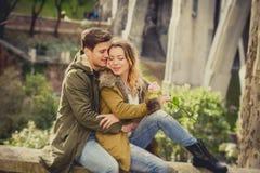 Молодые красивые пары в влюбленности на улице совместно празднуя день валентинок с здравицей Шампани Стоковое Изображение