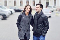 Молодые красивые пары имея потеху в старом городке - вскользь portrai Стоковое фото RF