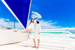 Молодые красивые пары имея потеху на тропическом пляже E Стоковое Фото