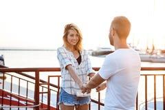Молодые красивые пары идя на взморье, усмехающся, skateboarding Стоковые Фото