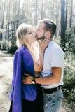 Молодые красивые пары отдыхая в лесе Стоковые Фотографии RF
