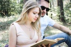 Молодые красивые пары отдыхая в лесе Стоковое Фото