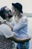 Молодые красивые пары отдыхая в лесе Стоковое фото RF