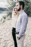 Молодые красивые пары отдыхая в лесе Стоковые Фото