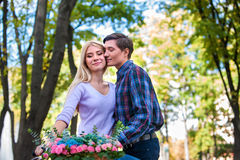 Молодые красивые пары при корзина цветков целуя в лете паркуют Стоковое фото RF