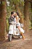 Молодые красивые пары с самокатом вдоль грязной улицы Стоковые Изображения