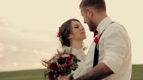 Молодые красивые танцы жениха и невеста пар и сток-видео