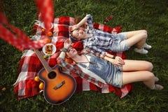 Молодые красивые усмехаясь девушки одетые в стиле Pin поднимающем вверх Стоковая Фотография RF