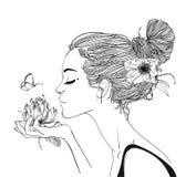 Молодые красивые цветки wirh женщины Стоковые Изображения