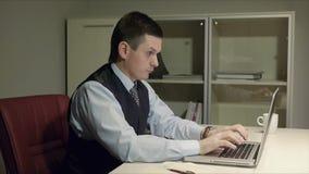 Молодые, красивые люди кладя на стол и спать После этого он внезапно просыпая вверх и начиная работа на его компьютере видеоматериал