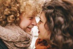 Молодые курчавые пары усмехаясь на одине другого Стоковые Изображения RF