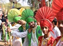Молодые мальчики в традиционном индийском панджабце одевают, наслаждающся ярмаркой