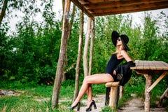 Молодые милые женщины на стенде в черной шляпе Стоковое фото RF