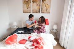 Молодые милые пары давая зайчика как подарок Стоковое Изображение