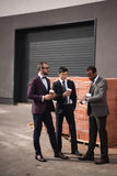 Молодые многонациональные бизнесмены в встрече formalwear на перерыве на чашку кофе outdoors Стоковые Изображения RF