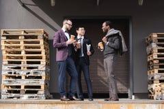Молодые многонациональные бизнесмены в встрече formalwear на перерыве на чашку кофе outdoors Стоковые Фото