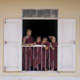 Молодые монахи в окне Стоковое фото RF