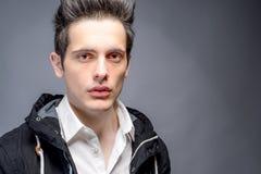 Молодые мужские сильные лицевые характеристики стоковые изображения