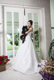 Молодые невеста и собака Стоковое Фото
