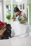 Молодые невеста и собака Стоковое Изображение RF
