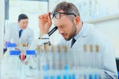 Молодые доктора в форме работая на испытательной лаборатории Стоковые Фотографии RF