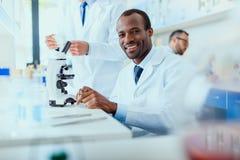 Молодые доктора в форме работая на испытательной лаборатории Стоковая Фотография
