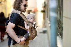 Молодые отец и ребёнок в несущей младенца стоковые фотографии rf