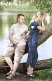 Молодые парень и девушка на природе около озера, примирении после ссоры Стоковое фото RF