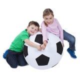 Молодые парни с огромным футбольным мячом Стоковое Изображение