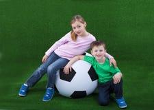 Молодые парни с огромным футбольным мячом Стоковые Изображения RF