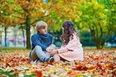 Молодые пары датировка в Париже на яркий день падения стоковое изображение rf