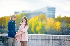 Молодые пары датировка в Париже на яркий день падения стоковое изображение