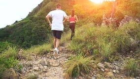 Молодые пары бежать на горной тропе Стоковое Изображение RF