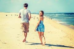 Молодые пары бежать на крюке Sandy приставают к берегу, Нью-Джерси, США Стоковое Изображение RF