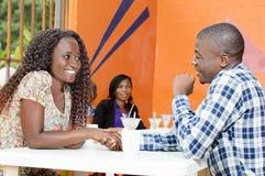 Молодые пары беседуя в ресторане Стоковая Фотография RF