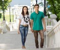 Молодые пары взбираясь полет внешних лестниц Стоковые Фотографии RF