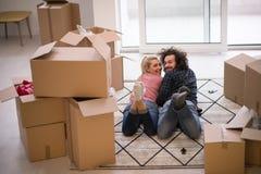 Молодые пары двигая в новую квартиру Стоковые Фотографии RF