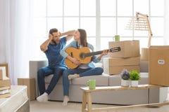 Молодые пары двигая к новой перестановке квартиры совместно Стоковая Фотография