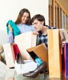 Молодые пары вместе с одеждами и хозяйственными сумками Стоковые Изображения