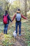 Молодые пары вне для прогулки в лесе Стоковые Изображения