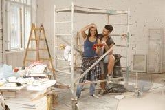 Молодые пары возобновляя домой стоковые изображения