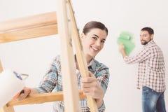 Молодые пары восстанавливая их дом Стоковая Фотография
