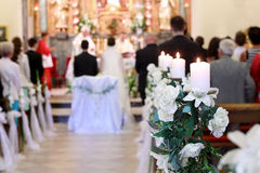Молодые пары во время свадебной церемонии Стоковые Изображения RF