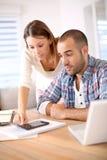 Молодые пары высчитывая их бюджет Стоковое фото RF