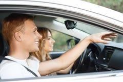 Молодые пары в автомобиле Стоковая Фотография RF