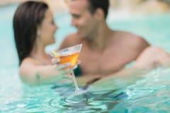 Молодые пары в бассейне стоковое изображение rf