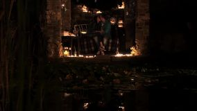 Молодые пары в вине влюбленности выпивая светом горящей свечи