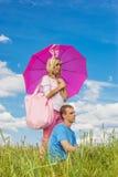 Молодые пары в влюбленности в парке лета Стоковое Фото