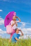 Молодые пары в влюбленности в парке лета стоковая фотография