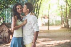Молодые пары в влюбленности имея потеху и наслаждаясь красивой природой Стоковые Фото